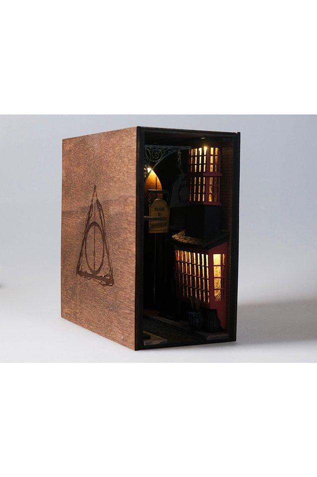 13. Harry Potter hayranları bu ışıklı kitaplık dekorunu çok sevecek.