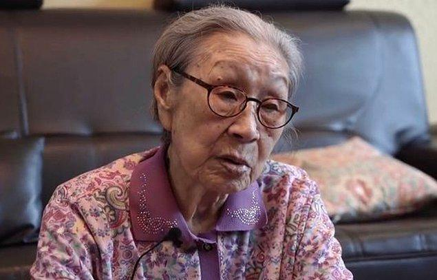 Kim 14 yaşına bastığında Japonya, Çin ile savaş halindeydi. Kendisi Japon yetkililer tarafından askere çağırıldı ve bir giysi fabrikasında çalışacağı ve eğer reddederse ailesinin zarar göreceğini söyledi.