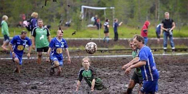 4. Halı saha buluşmalarını unutun, artık bataklıkta futbol oynuyoruz...