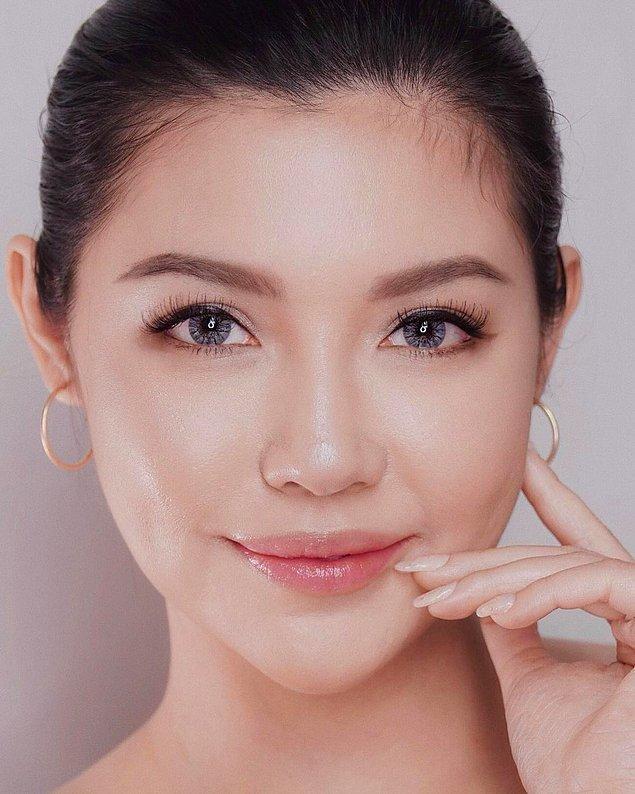 Öncelikle cildin tabii ki çok iyi nemlendirilmesi, nem maskeleriyle desteklenmesi gerekiyor.