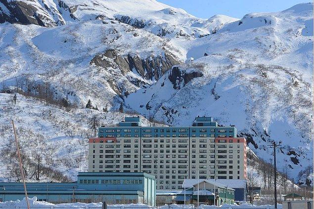 2. Dünya Savaşı sonrası Sovyetler tarafından inşa edilen bu 14 katlı binada toplamda 150 daire bulunuyor.