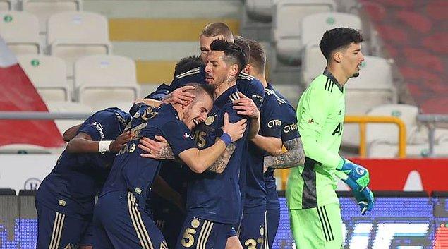 Sarı-lacivertli ekip, karşılaşmayı 29. dakikada Attila Szalai, 32. dakikada Bright Osayi-Samuel ve 90. dakikada Serdar Aziz'in attığı gollerle 3-0 kazanıp zirve yarışını sürdürdü.