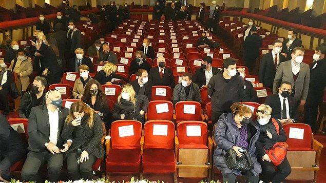 Ailesi, sevenleri ve sanat camiasından çok sayıda kişi, usta oyuncu için son görevlerini  yapmak üzere tiyatro salonuna geldi.