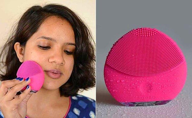 4. Yüzünüzü eliniz yerine yüz temizleme fırçası ile temizlerseniz, çok daha etkili bir sonuç elde edeceksiniz.