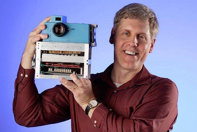1973 yılında, henüz 24 yaşında olan Steven Sasson Kodak şirketinde işe girdi. Görevi C.C.D. (Charged Coupled Device) kısaltması ile anılan cihazlar için bir aplikasyon geliştirmekti.
