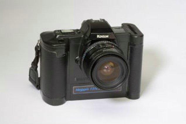 1989 yılında Sasson ve Robert Hills DSLR fotoğraf makinesini üretti. Bugün pazarda benzerleri bulunan fotoğraf makinesinde hafıza kartı kullanılmıştı ve görüntü sıkıştırılabiliyordu.
