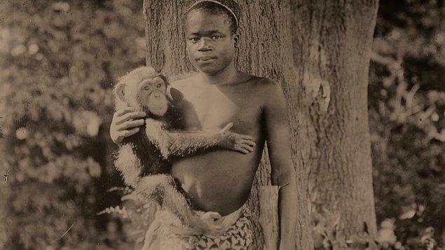 Hayvanat bahçesinde sergilenen insanlardan en meşhuru, Ota Benga isimli pigmeydi. Bir maymunla birlikte çitlerle ayrılmış bir alanda yaşıyordu.