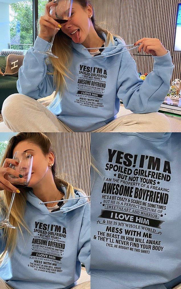 Sevgilisini aldığı mavi sweatshirtüyle verdiği pozları bir kenara bırakıp üzerine yazan 'erkek arkadaşımın malıyım' yazısını görünce gözlerimiz fal taşı gibi açılmadı değil...
