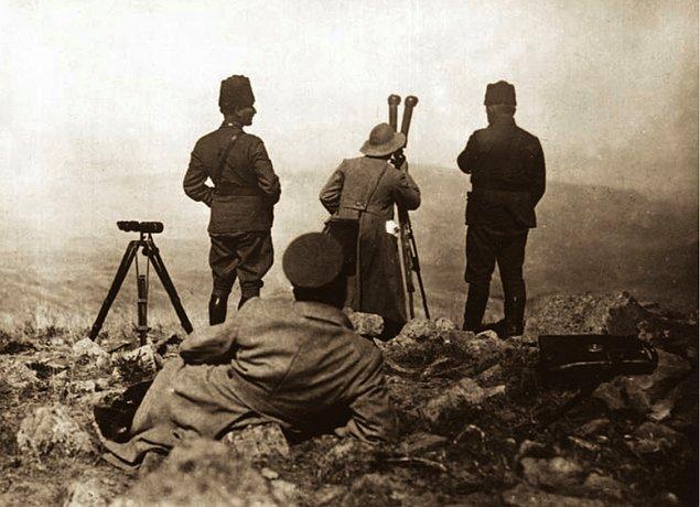 Aradan 1 yıldan fazla bir süre geçer. Kuvvetli çarpışmalar neticesinde Mustafa Kemal Paşa ve muzaffer ordusu işgalci Yunan'ın peşi sıra İzmir'e yürümektedir.