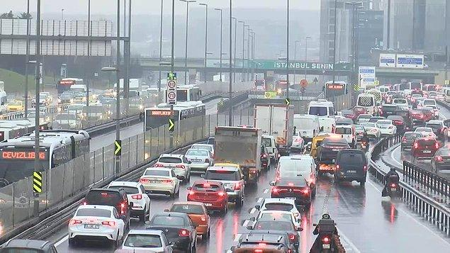 TEM Otoyolu ile D 100 Karayolu'nda bazı noktalarda trafik durma noktasına geldi.