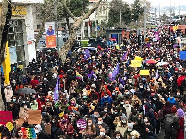 Sözleşmenin feshedilmesine tepki gösteren kadınlar, Kadıköy'de bir araya geldi.