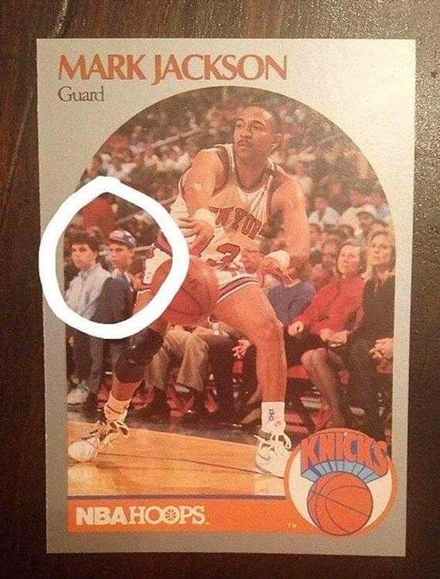 1. Kendi ailesini öldürmüş, kötü şöhretli Menendez kardeşler, 1990-91 yıllarına ait Mark Jason'nun resimli oyun kartının arka planında görünüyorlar.