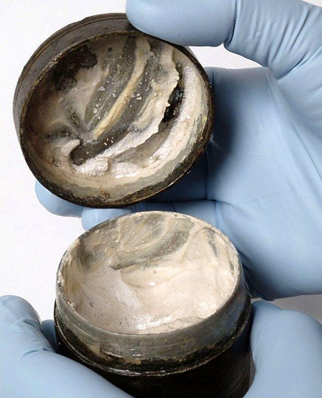 3. Bu 2000 yıllık kozmetik krem, 2003 yılında Londra'daki bir Romano-Celtic tapınak kompleksinde bulundu.