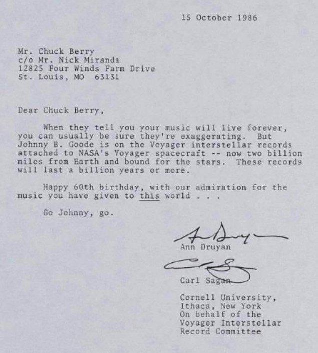 """15. Carl Sagan, Ann Druyan ve diğerleri , """"115 analog şifreli fotoğraf, 55 dilde selamlaşma, Dünya üzerinde 12 dakikalık bir ses montajı ve 90 dakikalık müzik"""" içeren """"Altın Kayıt'ın"""" küratörlüğünü yaptı. Bu kayıtlardan ikisi Voyager 1 ve Voyager 2'ye iliştirildi ve sonsuza dek - ya da uzaylılar tarafından keşfedilene dek - sürüklenmek üzere uzayın derinliklerine gönderildi."""