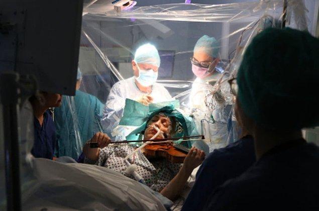 18. Profesyonel kemancı Dagmar Turner, Londra'daki cerrahlar beynindeki bir tümörü çıkarırken keman çaldı.