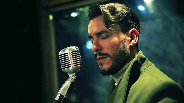 Cem Adrian, müzik piyasasının başına gelmiş en iyi müzisyenlerden biri... Sesinin rengi, duruşu, şarkıları baştan ayağa her şeyiyle başarılı ve kendine özgü birisi.