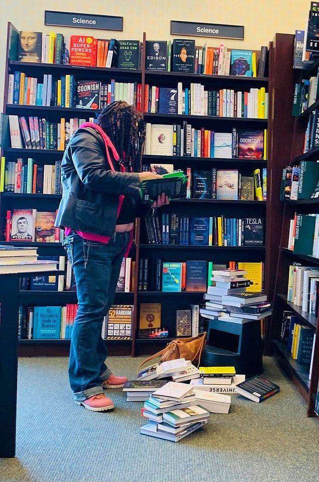 """14. """"Kitaplardan birini aldı ya da yerlerine koydu mu sizce? Tabii ki hayır..."""""""