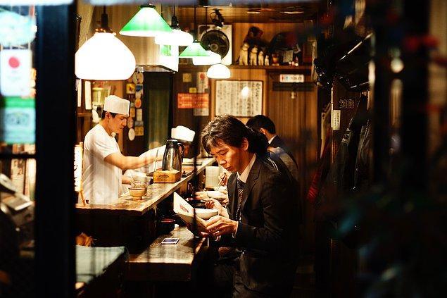 2. Yemek yerken höpürdetmek birçok ülkede saygısız bir davranış olarak görülür ancak Japonya'da durum tam tersidir.