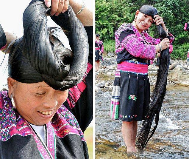 9. Dünyadaki en uzun saça sahip kadınlarla tanınan Çin'in Huangluo Red Yao köyünde saçların uzunluğu yaklaşık olarak 1 metredir.
