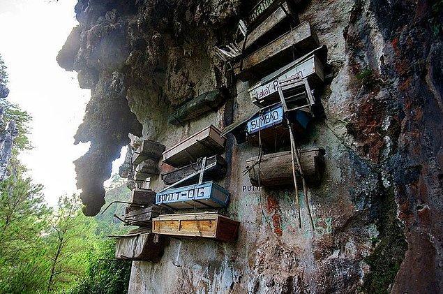 13. Sagada'da insanların tabutlarını kireçtaşı mağaralara astıkları eski bir gelenek bulunuyor...