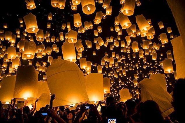 15. Kuzey Tayland'da kasım ayında onlarca insan bir araya gelerek dilek fenerleriyle dilek tutarak gökyüzüne bırakıyor.