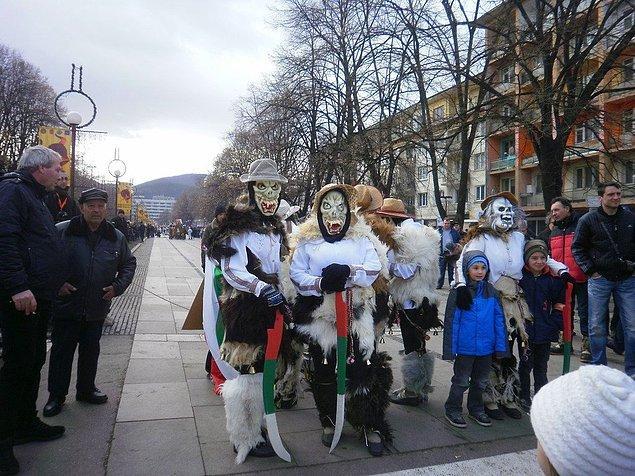 16. Bulgaristan'da Surva festivalinde renkli maskeler takılarak ve zil çalarak kötü ruhlar uzaklaştırılıyor.