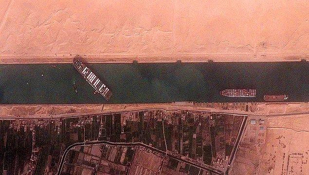 Hepinizin bildiği gibi Evergreen isimli büyük bir konteyner gemisi karaya oturduğu için günlerdir uluslararası ticaret büyük bir sarsıntıya girdi.