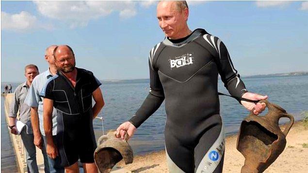 10. Bu meşhur fotoğrafı belki hatırlarsınız. Putin Karadeniz'e dalış yapmış ve iki Antik Yunan amforası bulmuştu.