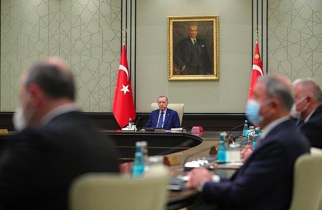 Yaklaşık 3-4 saat sürmesi beklenen toplantının ardından Cumhurbaşkanı Erdoğan'ın 19:30 - 20:30 arasında kameraların karşısına geçeceği tahmin ediliyor.