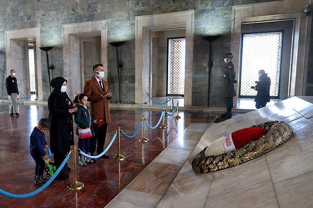 Atatürk'ün mozolesine gelen Karahan ailesi, burada dua etti.