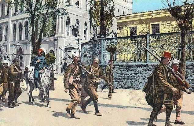 31 Mart Olayı'nda yanındaki fedailerle birlikte Hareket Ordusu'na katılan Niyazi Bey, isyan bastırılınca ordudan ayrılır ve Resne'ye çekilir.