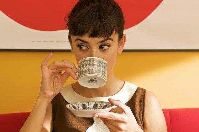 """10. """"Herkes, çay içerken buradaki insanların serçe parmağını kaldırdıklarını düşünüyor. Birleşik Krallık'ta kimse bunu yapmıyor! Bu sadece bir fincan çayı tutmayı tuhaf hale getirir."""""""