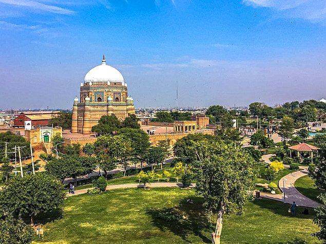 """14. """"İnsanlar Pakistan'ın bir çöl olmasını veya son derece güvensiz olmasını bekliyor. Öyle değil. Dağlarımız, plajlarımız, tiyatrolarımız, müzelerimiz, göllerimiz ve muhteşem anıtlarımız ve görebileceğiniz güzel manzaralar var."""""""