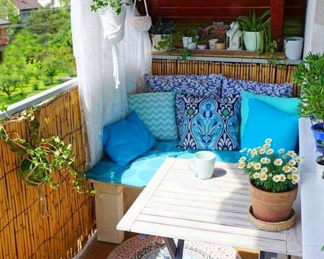 8. Balkon koltuklarınızı kırlentlerle renklendirebilirsiniz.