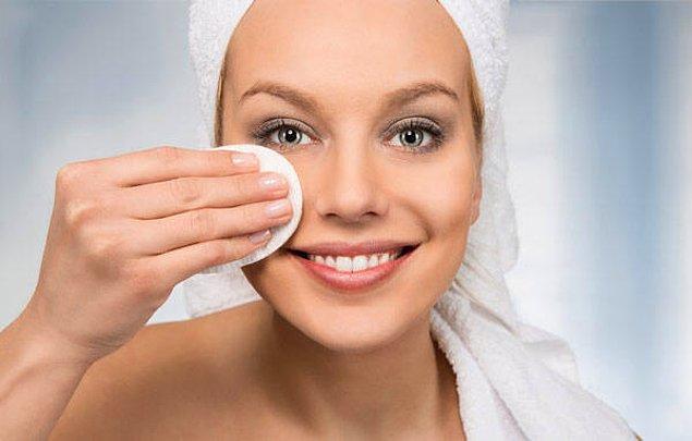 1. Göz çevresine de uygulanan yüz temizleme ürünlerinin kullanımı çok önemli.