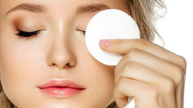 2. Göz çevresi temizliğinde kir ve makyaj kalıntısı kalmaması gerekiyor.