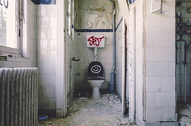 """6. """"Tuvalette otururken bir anda yerde bozuk para belirdi..."""""""