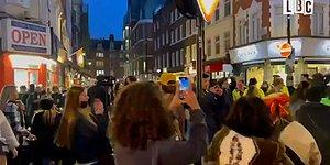 Londra'da Kovid-19 Kısıtlamalarının Aylar Sonra Kaldırılması ile İnsanlar Sokaklara Çıkıp Dans Ettiler