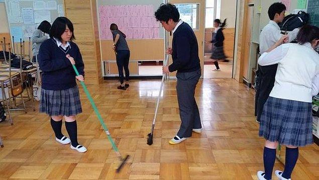 2. Çocuklar okulu kendileri temizler.