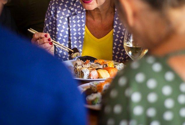 3. Öğrenciler öğretmenleriyle birlikte sınıfta yemek yer.