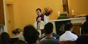 Ülkeden Gönderilmesi Planlanan Mültecilere Kilisenin Kapılarını Açarak Mahkeme Kararlarına Karşı Çıkan Rahip