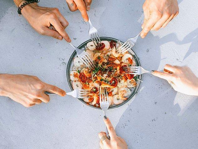 8. Aşırı hızlı yemek yemek.