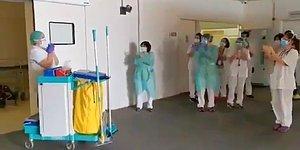 Salgın Döneminde Kendileriyle Birlikte Savaşan Temizlik Görevlilerini Alkışlayan Sağlık Çalışanları
