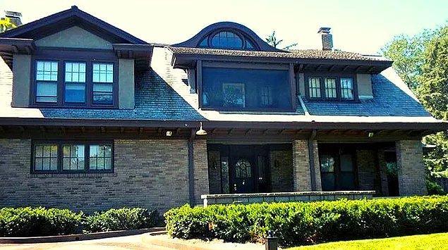 Rutinine o kadar bağlı ki milyon dolarlar kazanmasına rağmen 1958 yılından beri Omaha'daki 31.500 dolara alınan evinde yaşıyor.
