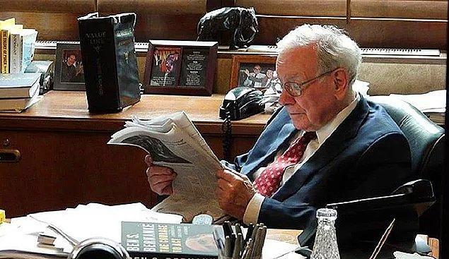 Buffett, ofisine gittikten sonra çalışma zamanının %80'ini mali tabloları, dergileri, iş raporlarını, gazeteleri ve kitapları okuyarak geçiriyor.