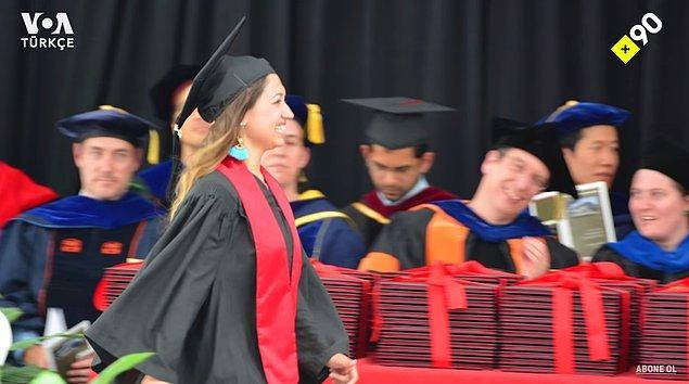 Ailesi de ilk kez mezuniyet töreninde gelmiş yanına. Öyle böyle bir gurur hissetmemişler haliyle!