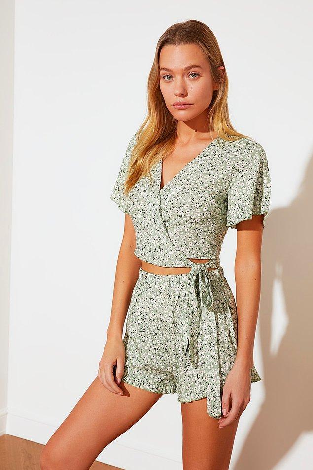 5. Trendyol Milla'nın çiçek desenli bu takımı pijama olarak geçiyor ama harika bir ev kıyafeti... Hatta bence dışarı bile giyilir :)