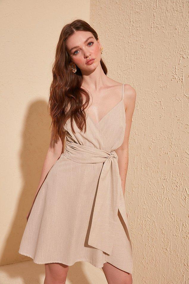 18. Belindeki kuşakla bambaşka bir havaya bürünen bu güzel elbiseye yakından bakın.