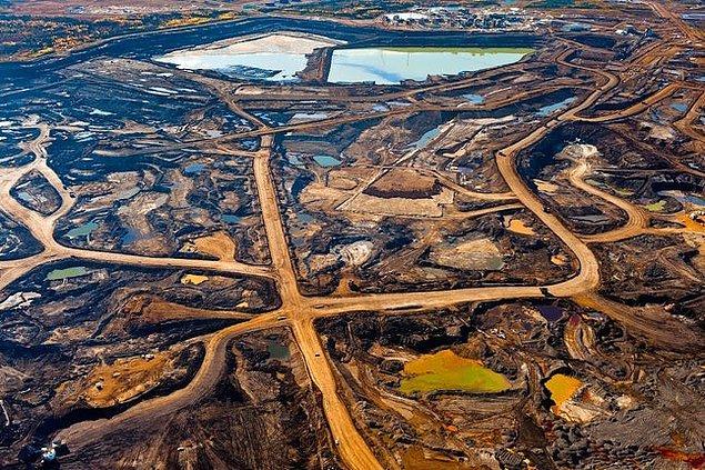 11. Alberta, Kanada: Uzaydan görülebilecek kadar geniş bir alan kaplayan katran kumları ve açık ocak madenciliği.