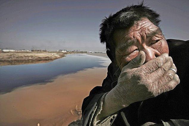 16. Sarı Irmak, Çin: Kokudan dolayı kafasını çevirmiş bir adam.